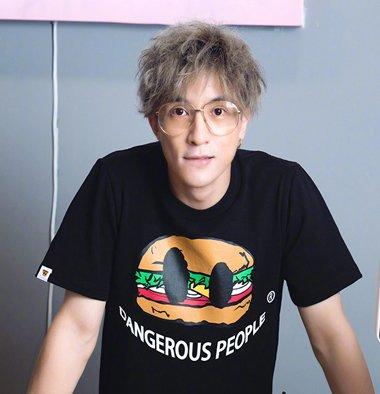 《我们的少年时代》薛之谦玩搞笑 薛之谦偏梳卷发造型正流行