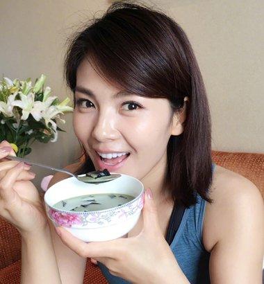 刘涛吃美食还不忘秀马甲线 39岁刘涛气质短发发型越来越女神