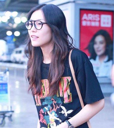"""刘雯机场演绎""""不费力的时髦"""" 刘雯示范超模日常发型"""