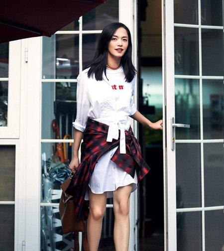 姚晨街拍演绎率性辣妈 姚晨中长直发简约时尚