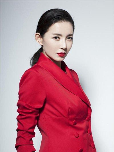 刘敏生日大片凸显女王气场 低马尾扎发+红色西装高冷霸气