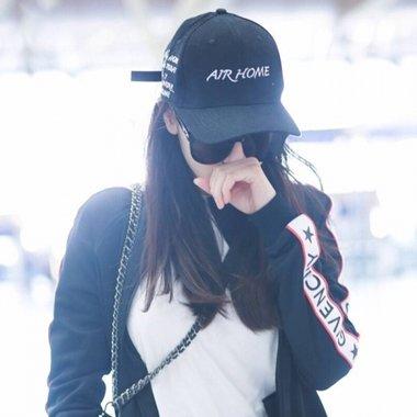 热巴运动套装现身机场时髦满分 迪丽热巴活力少女发型盘点