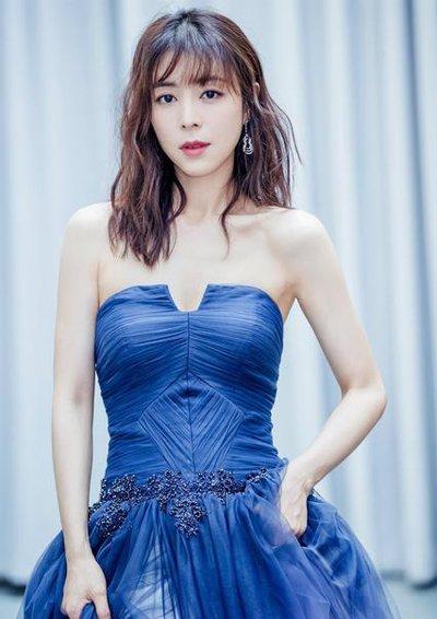 张静初中长发+海蓝色长裙优雅美腻 张静初淡雅气质发型图片