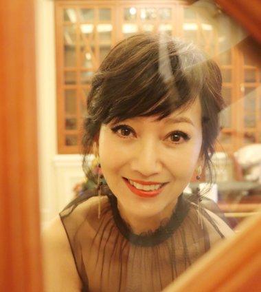 爱搞艺术照的赵雅芝诠释真・女神定义 赵雅芝最新斜刘海发型美人不迟暮