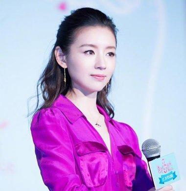 37岁董洁穿紫色长裙真・女神 董洁减龄气质扎发发型盘点