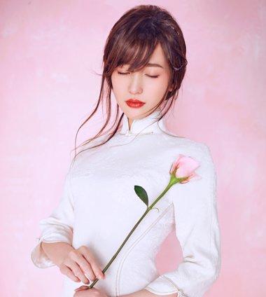 金莎微博晒美图发爱情感言 金莎美萌空气刘海发型做小仙女