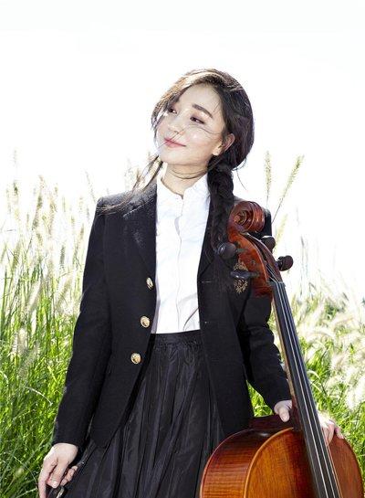 蓉卓生日写真轻倚大提琴 侧扎麻花辫变身小精灵