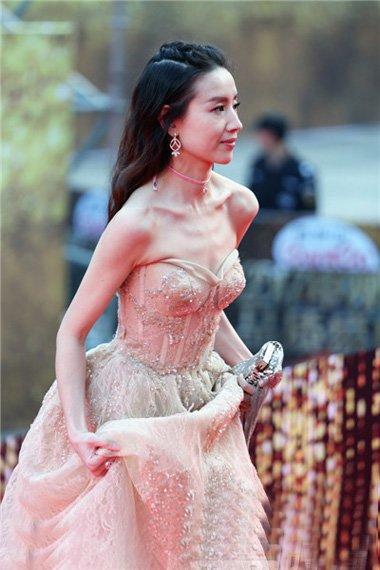 红毯董洁杨紫唐嫣新旧女神PK发型 谁将更入你的眼