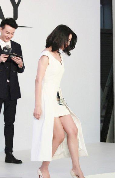 高圆圆齐肩卷发搭配白裙 完美造型凸显出时尚气质