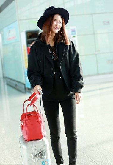 张歆艺中分齐肩直发现身机场 美艳时尚造型走起