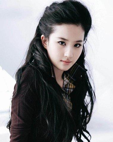 刘亦菲素颜庆生照曝光 黑色长发依然展仙女气息