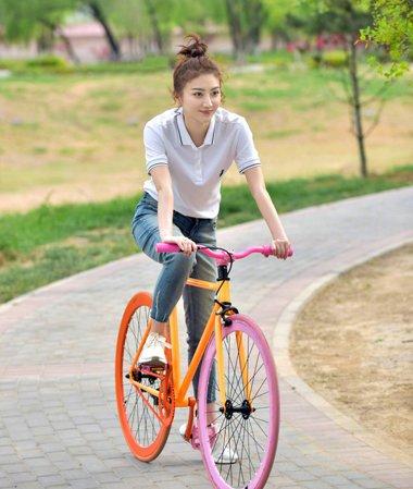 骑单车梳什么发型 众女星戏里戏外青春态发型