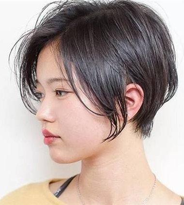 女生中分波波头内扣发型图片 2018年女生波波头发型图片[bob发型]图片
