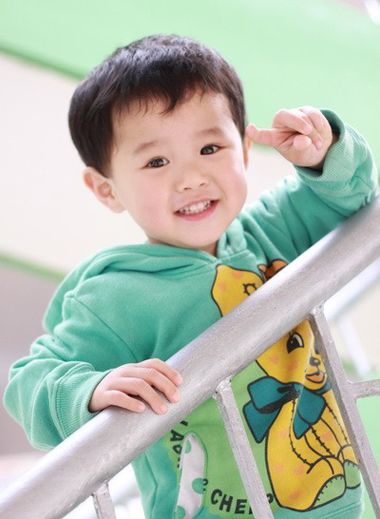 三岁小男孩卷发照片 三岁男孩酷发型