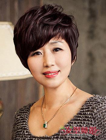 中年妇女小卷烫_女性中老年最新流行发型 适合中老年女性的短发发型_发型师姐