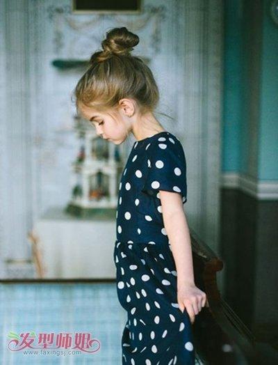 小孩子头发少扎蘑菇头什么样 教头发少蘑菇头的5岁小女孩扎头发