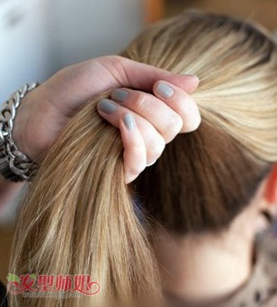 简单长头发花苞头的扎法图解|简单长头发花苞头的扎法图解 花苞头适合多长的头发