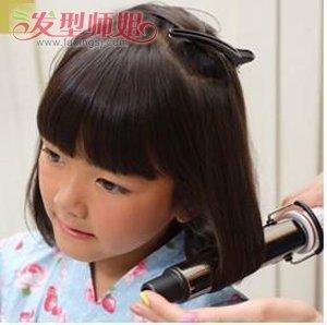 短发造型方法_小女孩齐刘海怎么编小辫子 小孩编头发的步骤及图片_发型师姐