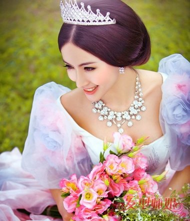 白雪公主式婚纱适合什么名字_白雪公主式婚纱适合什么发型 白雪公主头发型怎么扎