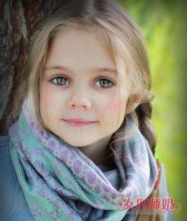 小女孩中分侧编发发型-四岁的小女孩打漂亮的辫子的图案图片