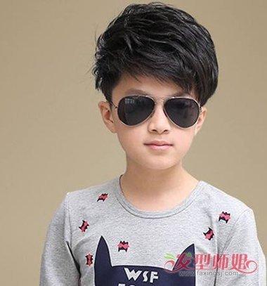 小男孩鬓角高侧梳烫短发发型
