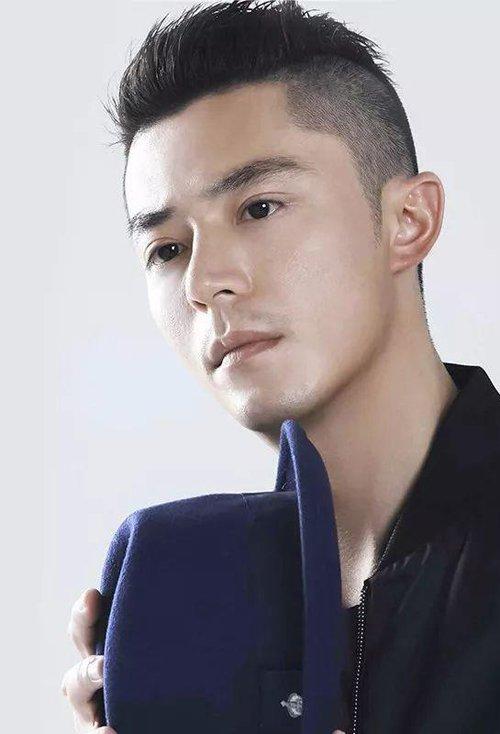 发际线高男生剃无刘海短发造型 帅酷更加招人喜欢的短卷发设计