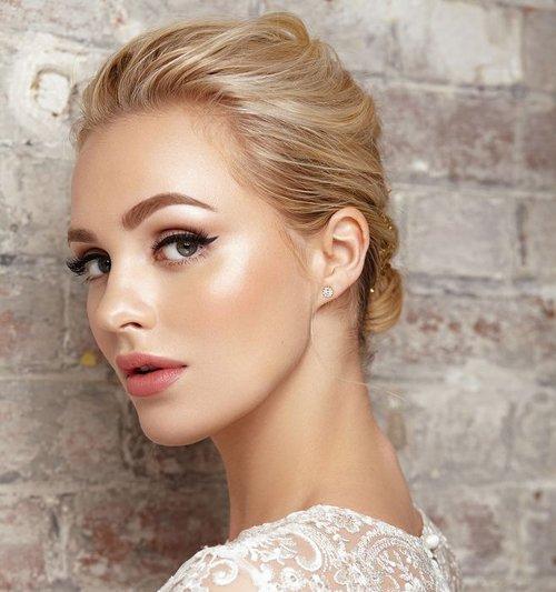 今年拍婚纱照流行小清新简约风 新娘不戴发饰的扎发造型这么来才够美