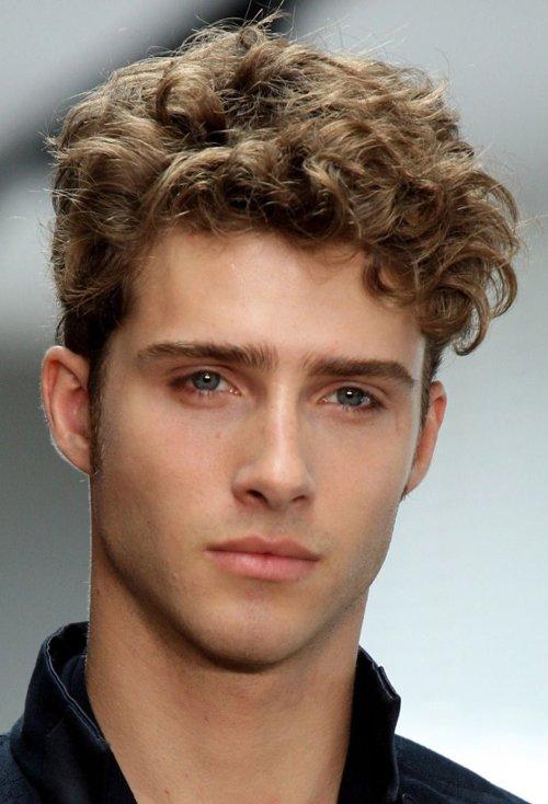 方脸男生适合什么样的发型大全 新颖帅气额宽脸方男生短发设计