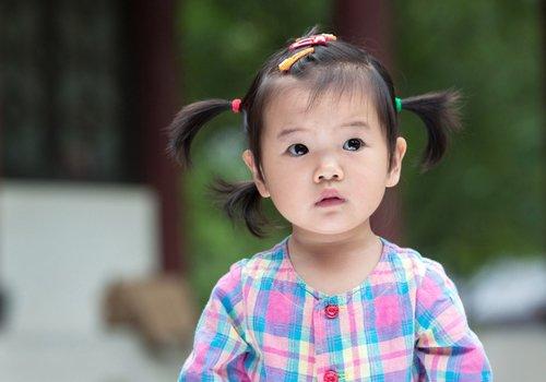 超简单女童短发发型绑扎方法 丢掉急出门给宝宝扎头发的危机