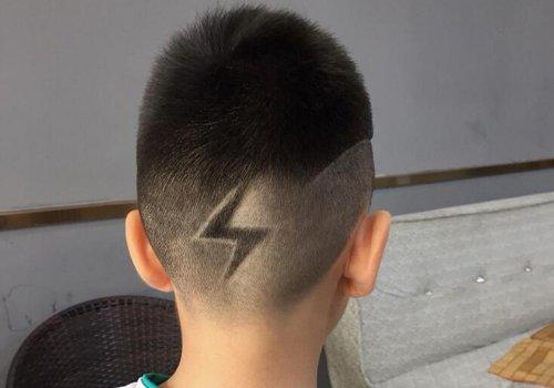 男生头发两边刻图案_还有什么比剃两边发型更酷的吗? 2020年男童超酷刻痕短发设计 ...