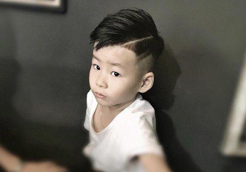 男幼童个性偏分短发设计 2020年小绅士必梳的复古油头剃两边发型