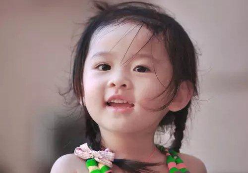 3岁女宝宝头发怎么扎才好看 女幼童做扎发软发质至关重要