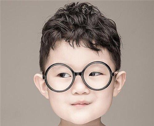 小男孩前梳短发烫卷发发型