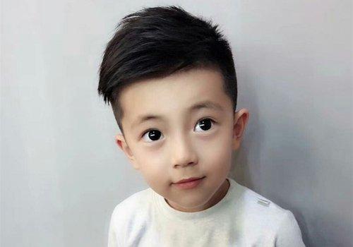 看到最新小男孩发型仿佛误入花季 潮牌发型与小男孩短发合二为一