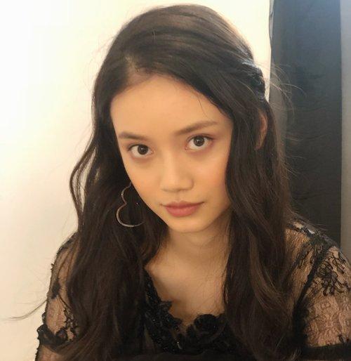 一侧头发编起来甜美中带着点帅气 女生完美侧编发不挑头发长度