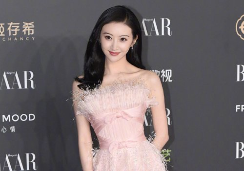 中式发型配花仙子礼服颜值爆表 高马尾气质低马尾优雅哪款发型更胜一筹
