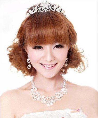 用皇冠如何打造出可爱的齐刘海新娘盘发发型