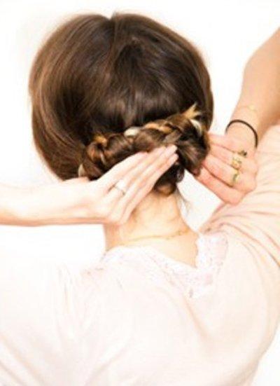 圆脸盘哪种发型好看 圆脸适合的盘发发型扎法