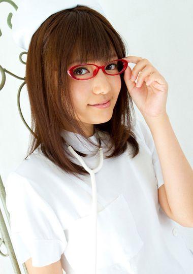 大脸戴眼镜头发少短发弄什么发型好看 大脸适合的短发发型